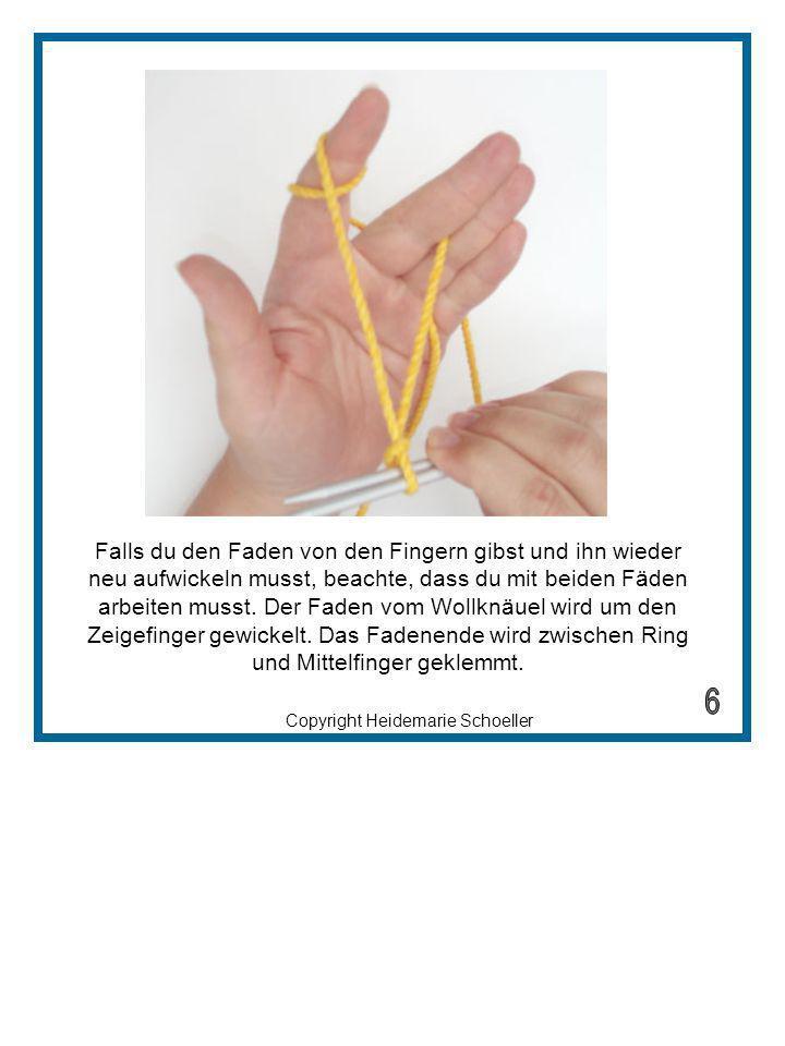 Falls du den Faden von den Fingern gibst und ihn wieder neu aufwickeln musst, beachte, dass du mit beiden Fäden arbeiten musst. Der Faden vom Wollknäuel wird um den Zeigefinger gewickelt. Das Fadenende wird zwischen Ring und Mittelfinger geklemmt.