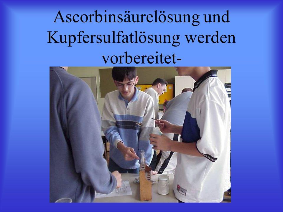 Ascorbinsäurelösung und Kupfersulfatlösung werden vorbereitet-