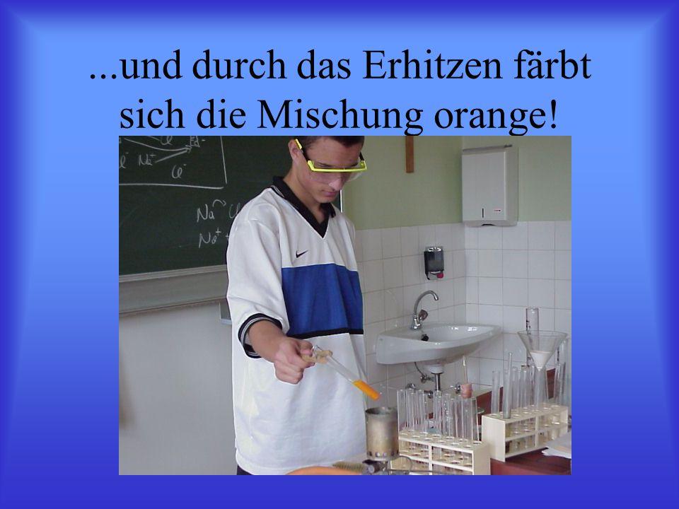 ...und durch das Erhitzen färbt sich die Mischung orange!