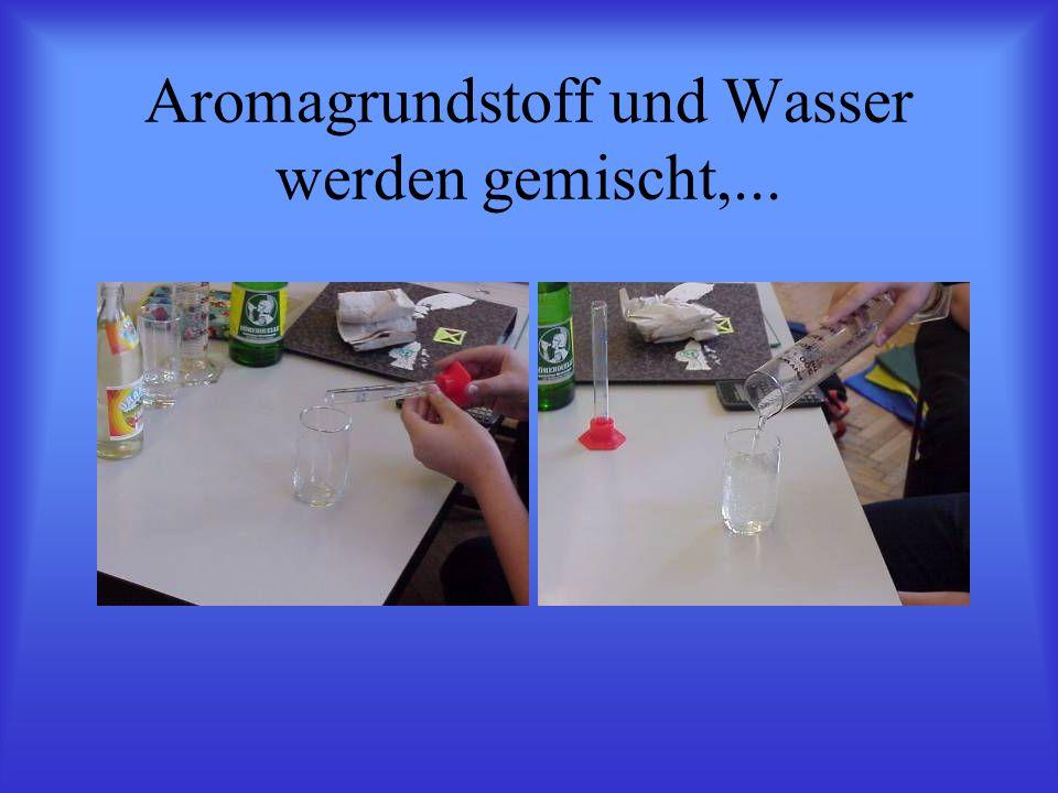 Aromagrundstoff und Wasser werden gemischt,...