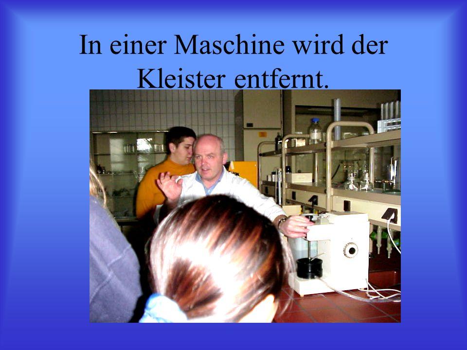 In einer Maschine wird der Kleister entfernt.