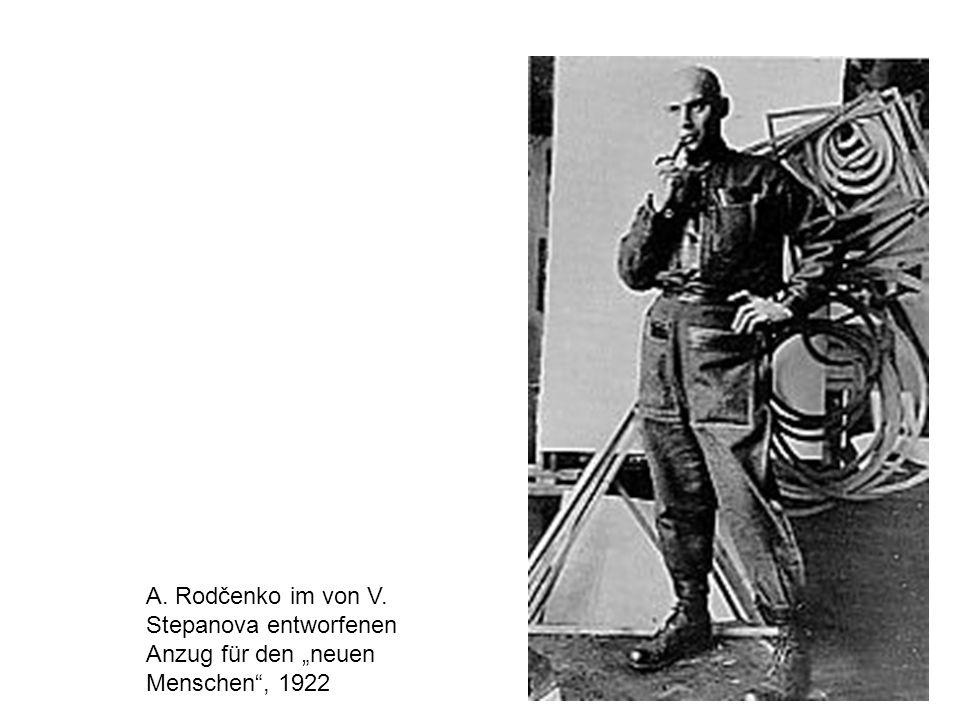 """A. Rodčenko im von V. Stepanova entworfenen Anzug für den """"neuen Menschen , 1922"""