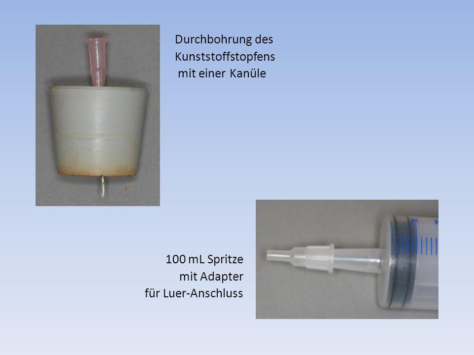 Durchbohrung des Kunststoffstopfens mit einer Kanüle