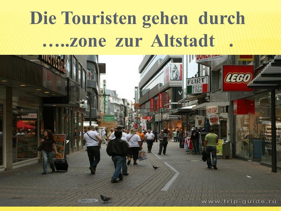 Die Touristen gehen durch …..zone zur Altstadt .