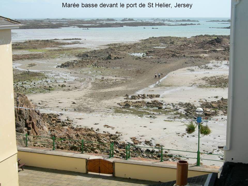 Marée basse devant le port de St Helier, Jersey
