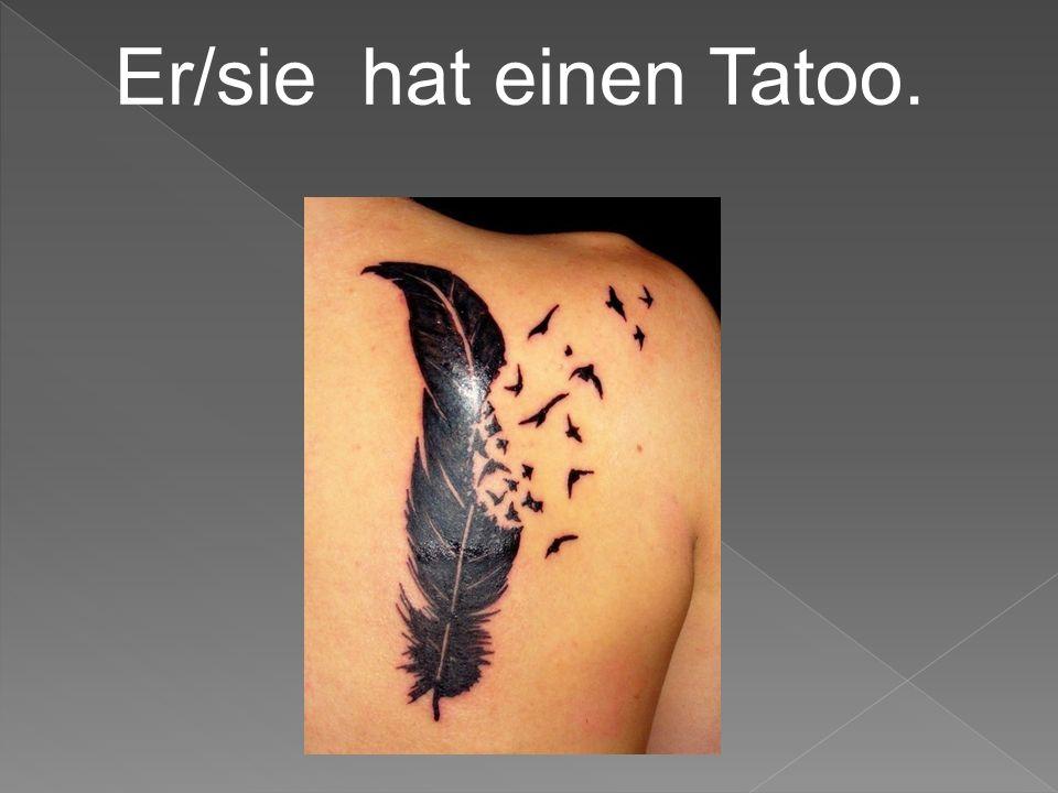 Er/sie hat einen Tatoo.
