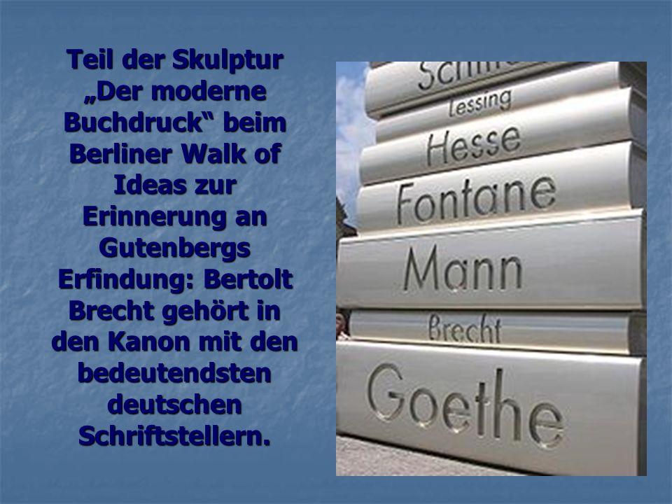 """Teil der Skulptur """"Der moderne Buchdruck beim Berliner Walk of Ideas zur Erinnerung an Gutenbergs Erfindung: Bertolt Brecht gehört in den Kanon mit den bedeutendsten deutschen Schriftstellern."""