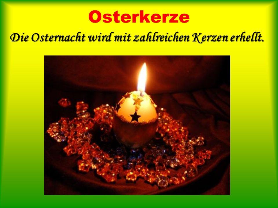 Die Osternacht wird mit zahlreichen Kerzen erhellt.