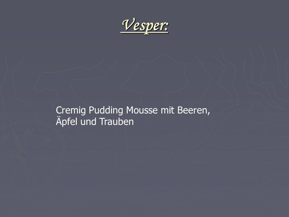Vesper: Cremig Pudding Mousse mit Beeren, Äpfel und Trauben 24