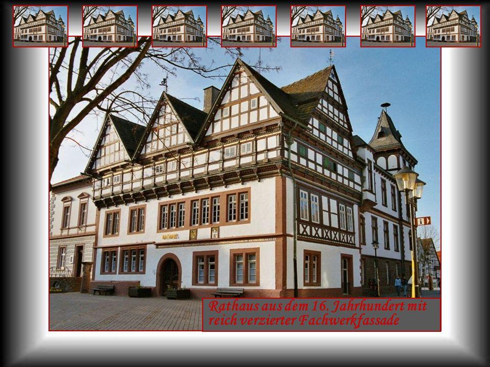 Rathaus aus dem 16. Jahrhundert mit reich verzierter Fachwerkfassade