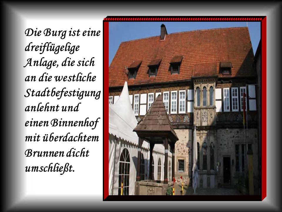 Die Burg ist eine dreiflügelige Anlage, die sich an die westliche Stadtbefestigung anlehnt und einen Binnenhof mit überdachtem Brunnen dicht umschließt.