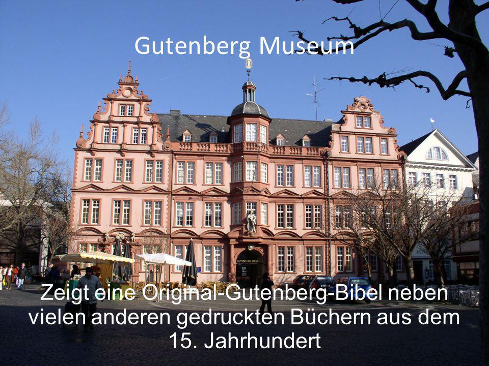 Gutenberg Museum Zeigt eine Original-Gutenberg-Bibel neben vielen anderen gedruckten Büchern aus dem 15.