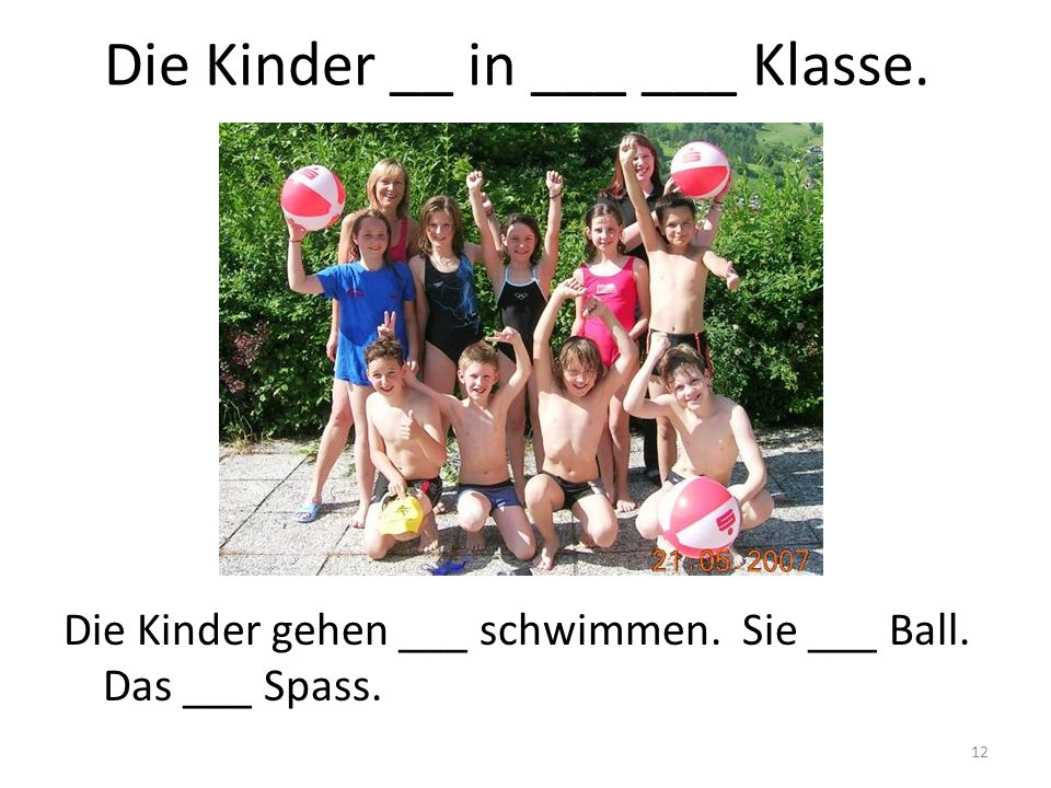 Die Kinder __ in ___ ___ Klasse.