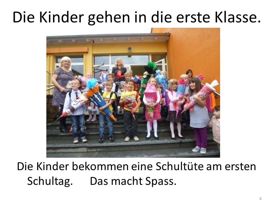 Die Kinder gehen in die erste Klasse.