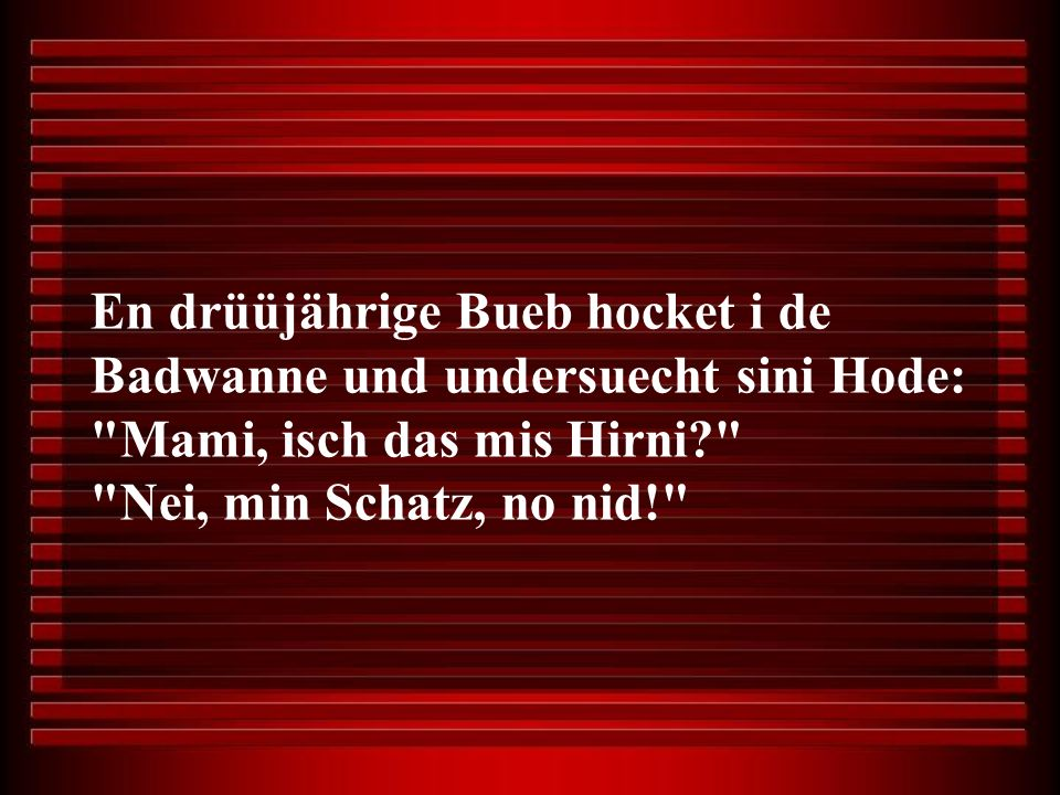 En drüüjährige Bueb hocket i de Badwanne und undersuecht sini Hode: