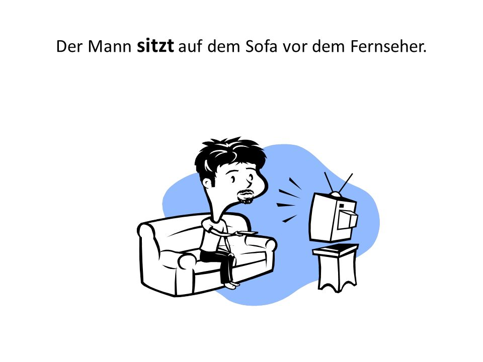Der Mann sitzt auf dem Sofa vor dem Fernseher.