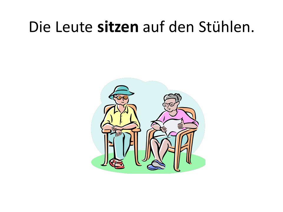 Die Leute sitzen auf den Stühlen.