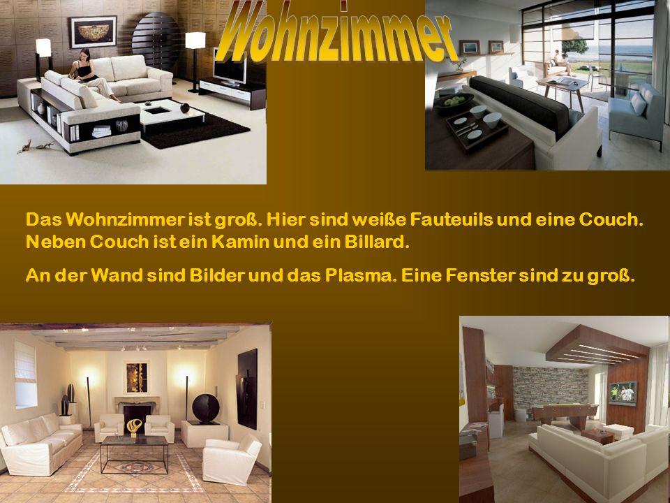 Wohnzimmer Das Wohnzimmer ist groß. Hier sind weiße Fauteuils und eine Couch. Neben Couch ist ein Kamin und ein Billard.