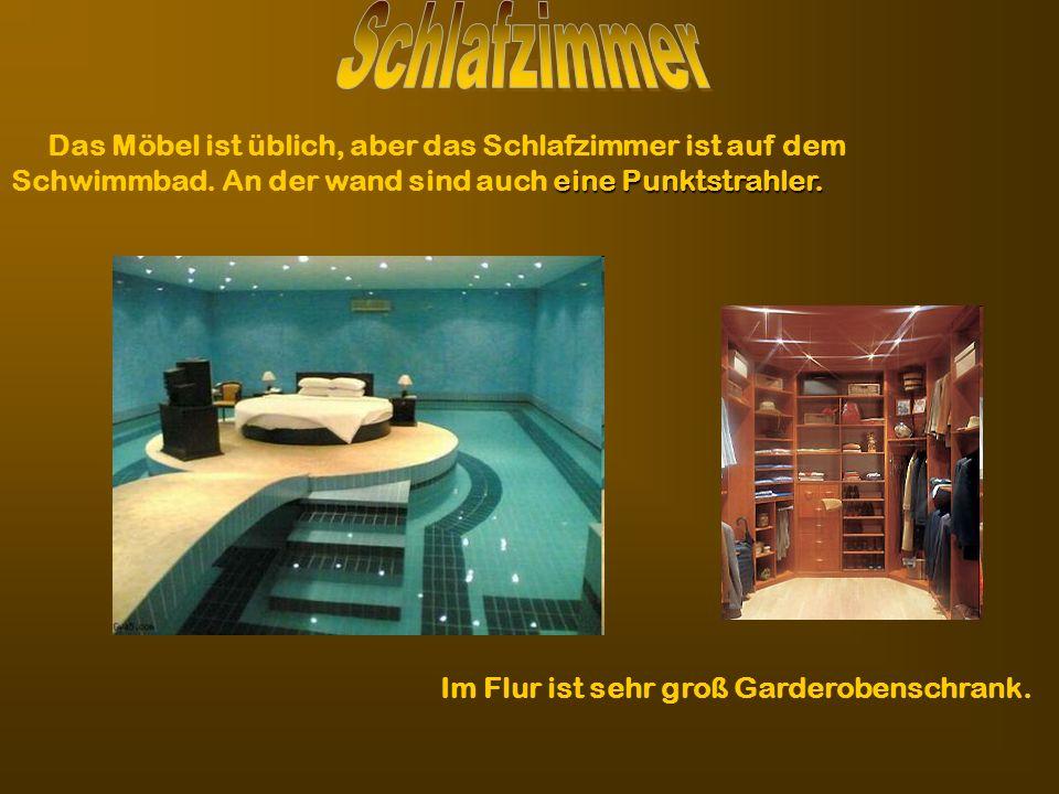 SchlafzimmerDas Möbel ist üblich, aber das Schlafzimmer ist auf dem Schwimmbad. An der wand sind auch eine Punktstrahler.