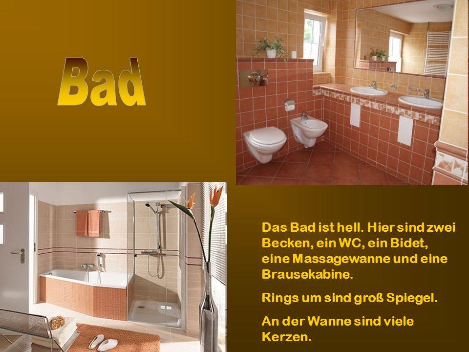BadDas Bad ist hell. Hier sind zwei Becken, ein WC, ein Bidet, eine Massagewanne und eine Brausekabine.