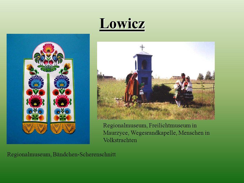 Lowicz Regionalmuseum, Freilichtmuseum in Maurzyce, Wegesrandkapelle, Menschen in Volkstrachten.
