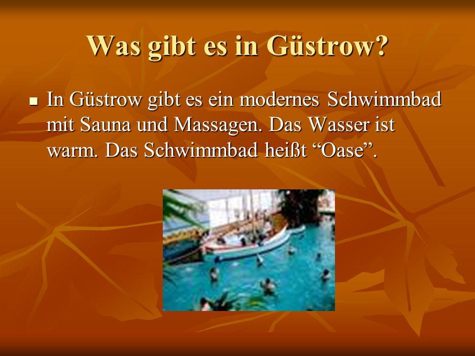 Was gibt es in Güstrow. In Güstrow gibt es ein modernes Schwimmbad mit Sauna und Massagen.