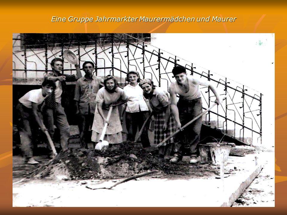 Eine Gruppe Jahrmarkter Maurermädchen und Maurer