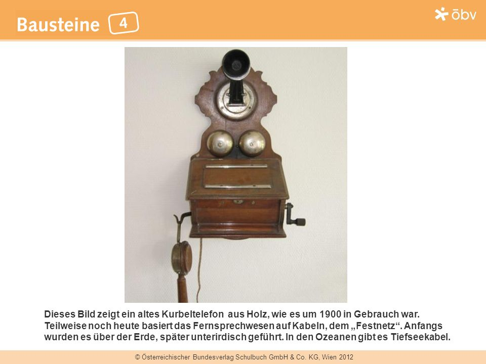 Dieses Bild zeigt ein altes Kurbeltelefon aus Holz, wie es um 1900 in Gebrauch war.