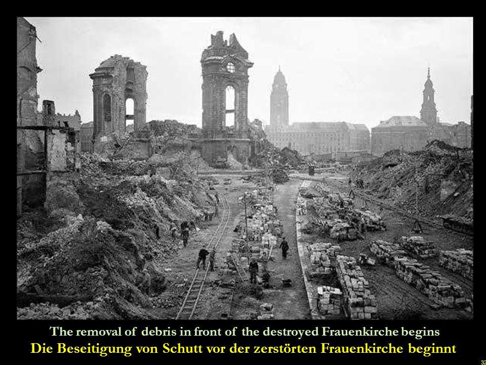 Die Beseitigung von Schutt vor der zerstörten Frauenkirche beginnt
