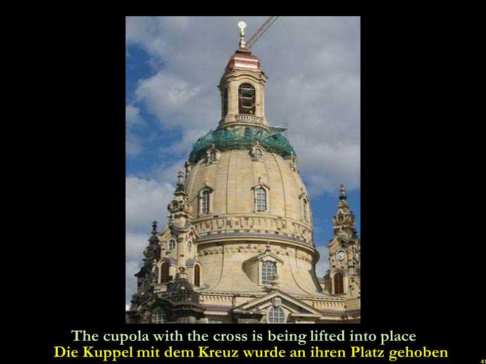 Die Kuppel mit dem Kreuz wurde an ihren Platz gehoben