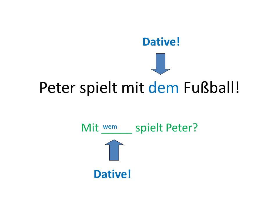 Peter spielt mit dem Fußball!