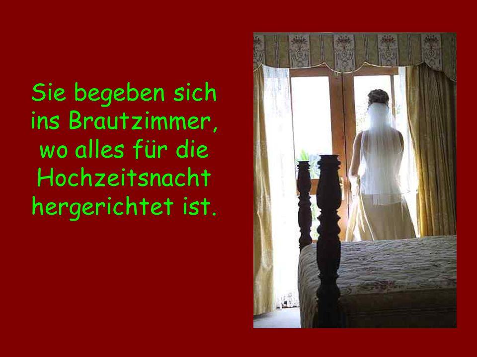 Sie begeben sich ins Brautzimmer, wo alles für die Hochzeitsnacht hergerichtet ist.