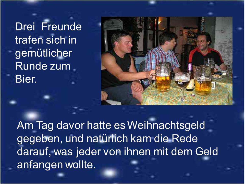 Drei Freunde trafen sich in gemütlicher Runde zum Bier.