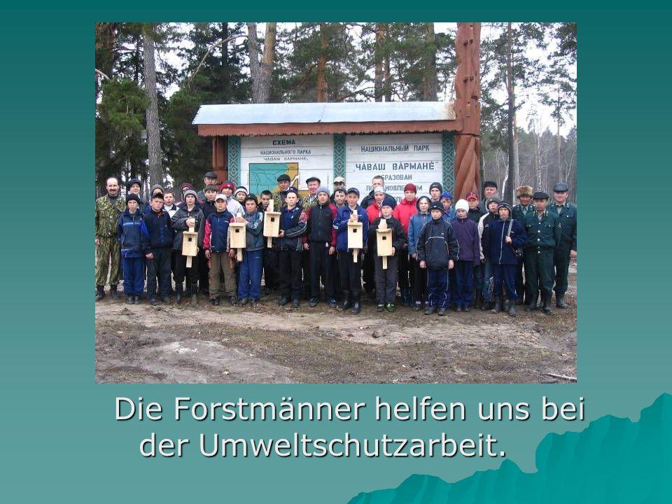 Die Forstmänner helfen uns bei der Umweltschutzarbeit.