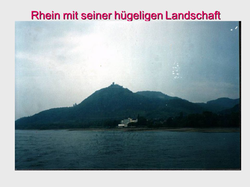 Rhein mit seiner hügeligen Landschaft