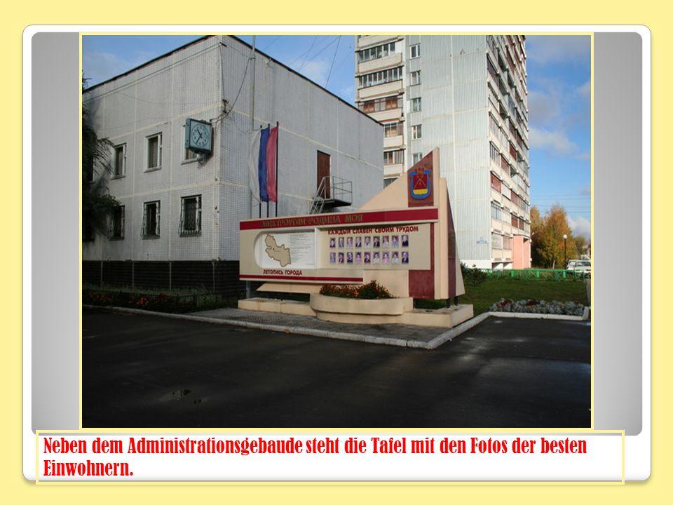 Neben dem Administrationsgebaude steht die Tafel mit den Fotos der besten Einwohnern.