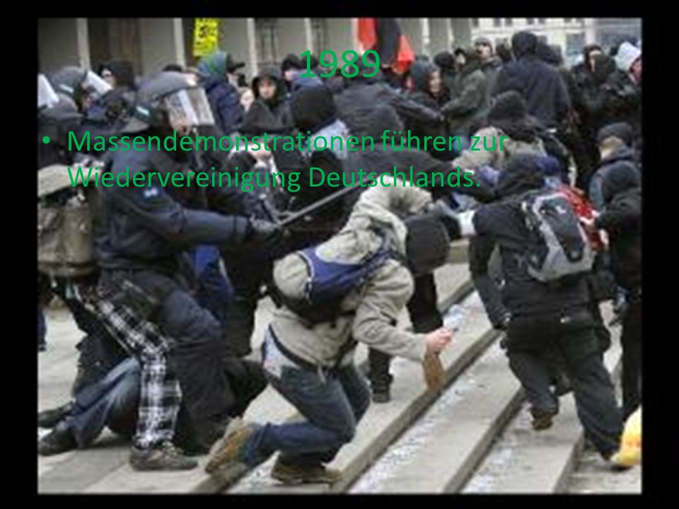 1989 Massendemonstrationen führen zur Wiedervereinigung Deutschlands.