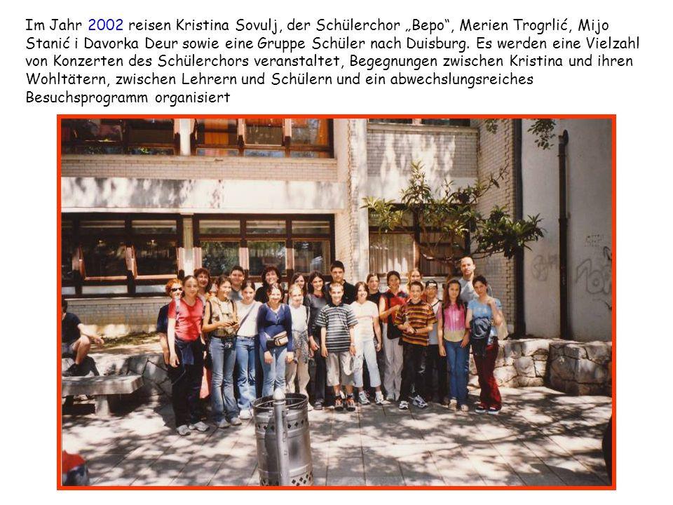 """Im Jahr 2002 reisen Kristina Sovulj, der Schülerchor """"Bepo , Merien Trogrlić, Mijo Stanić i Davorka Deur sowie eine Gruppe Schüler nach Duisburg. Es werden eine Vielzahl von Konzerten des Schülerchors veranstaltet, Begegnungen zwischen Kristina und ihren Wohltätern, zwischen Lehrern und Schülern und ein abwechslungsreiches Besuchsprogramm organisiert"""