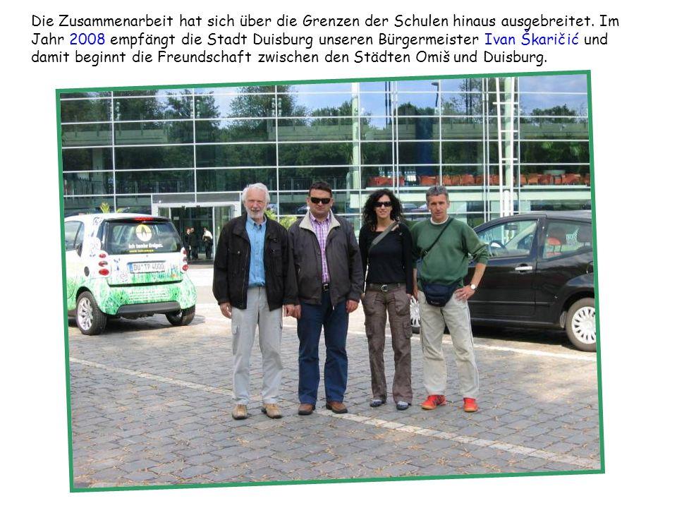 Die Zusammenarbeit hat sich über die Grenzen der Schulen hinaus ausgebreitet. Im Jahr 2008 empfängt die Stadt Duisburg unseren Bürgermeister Ivan Škaričić und damit beginnt die Freundschaft zwischen den Städten Omiš und Duisburg.