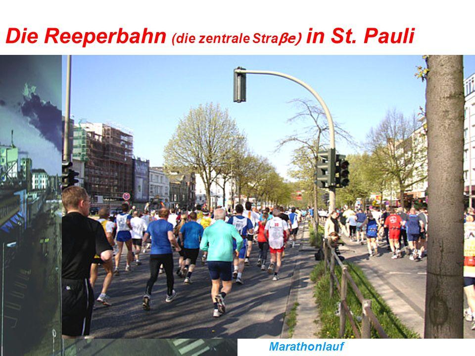 Die Reeperbahn (die zentrale Straβe) in St. Pauli