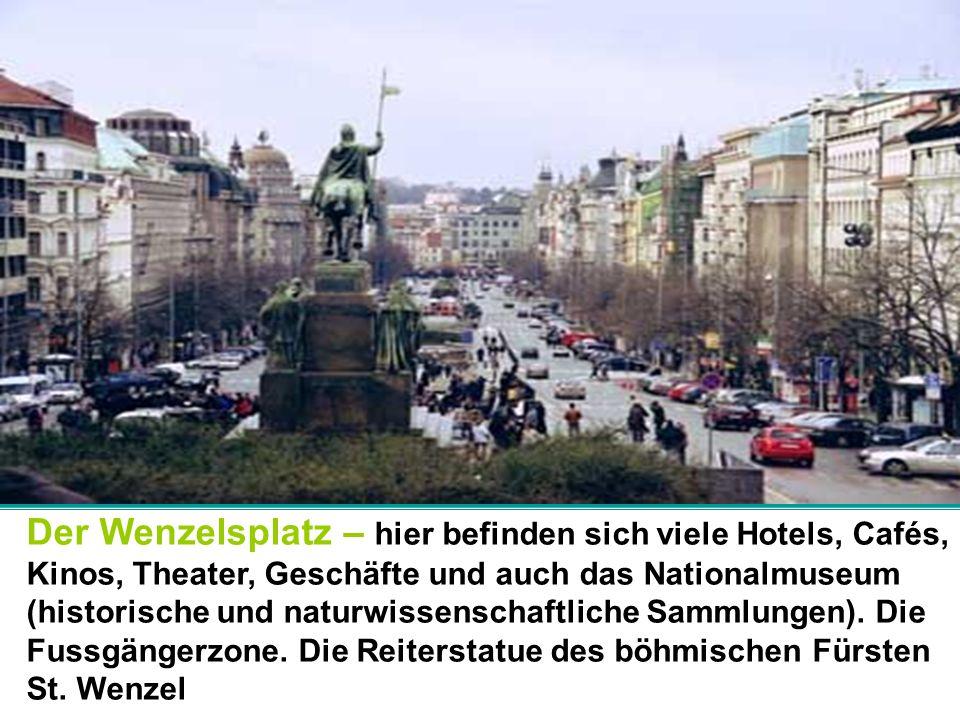 Der Wenzelsplatz – hier befinden sich viele Hotels, Cafés, Kinos, Theater, Geschäfte und auch das Nationalmuseum (historische und naturwissenschaftliche Sammlungen).