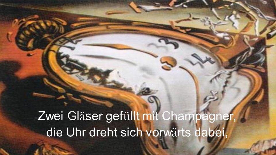 Zwei Gläser gefüllt mit Champagner, die Uhr dreht sich vorwärts dabei,
