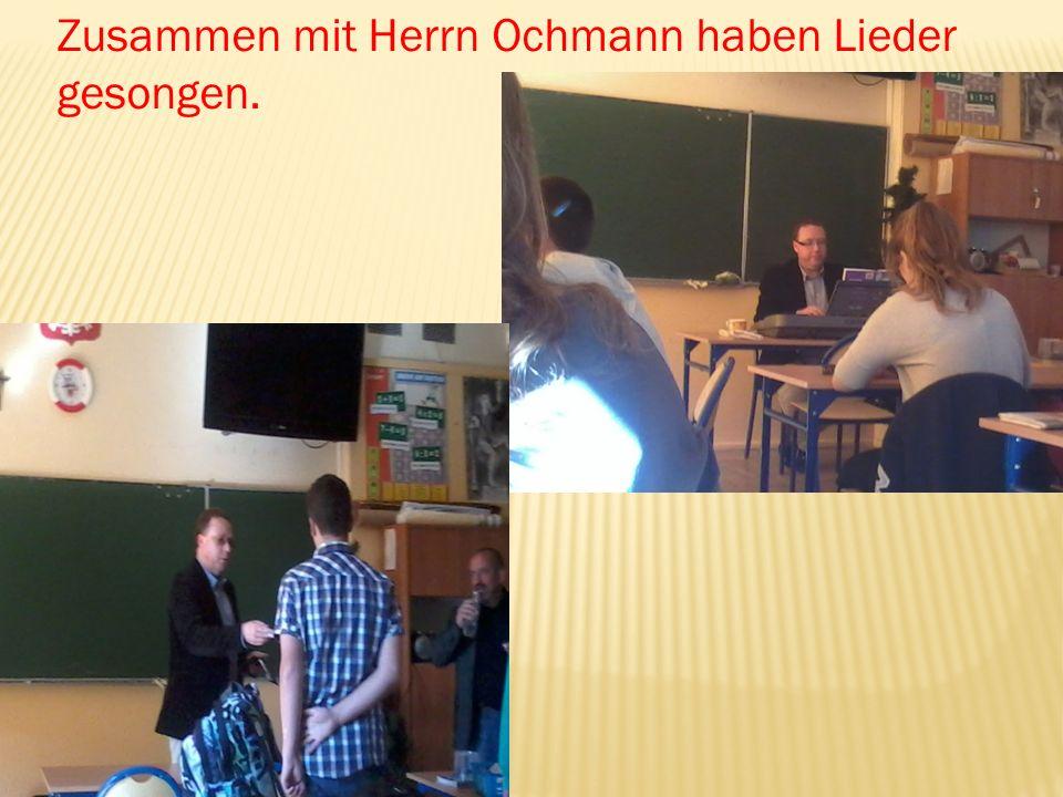 Zusammen mit Herrn Ochmann haben Lieder gesongen.