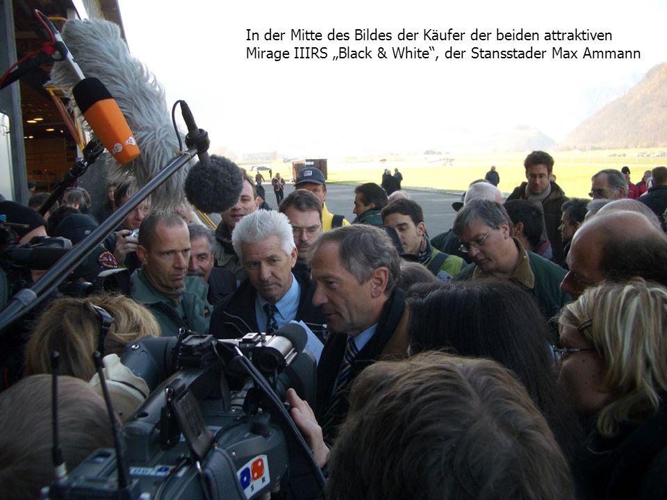 """In der Mitte des Bildes der Käufer der beiden attraktiven Mirage IIIRS """"Black & White , der Stansstader Max Ammann"""