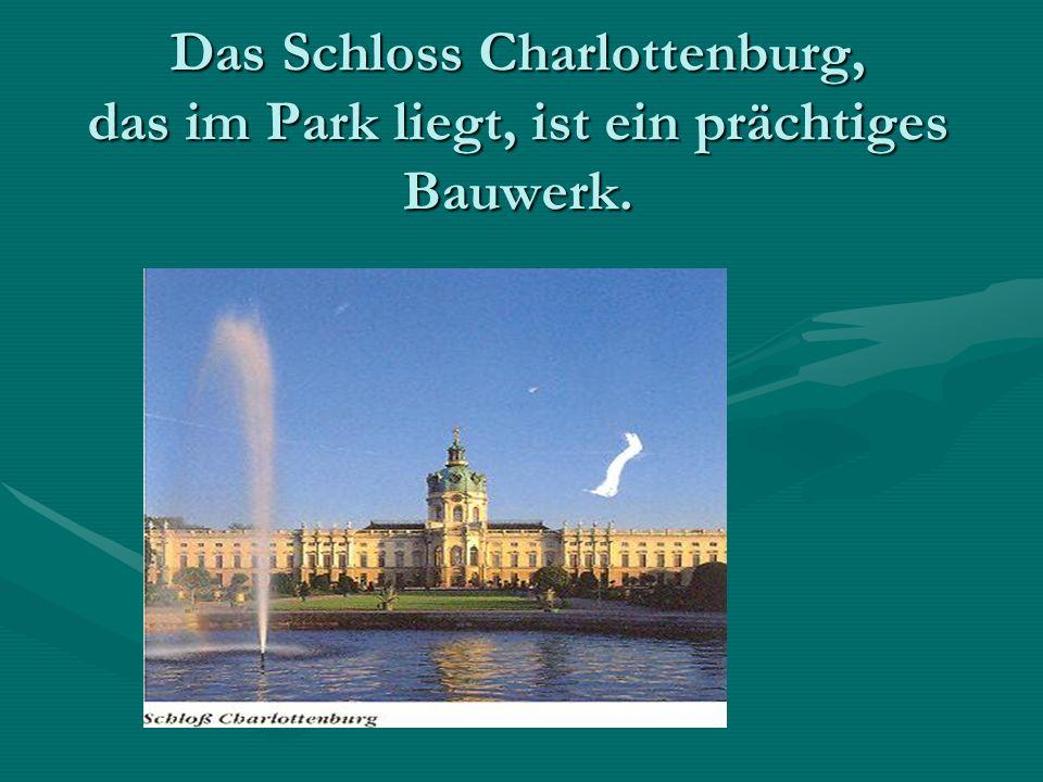 Das Schloss Charlottenburg, das im Park liegt, ist ein prächtiges Bauwerk.