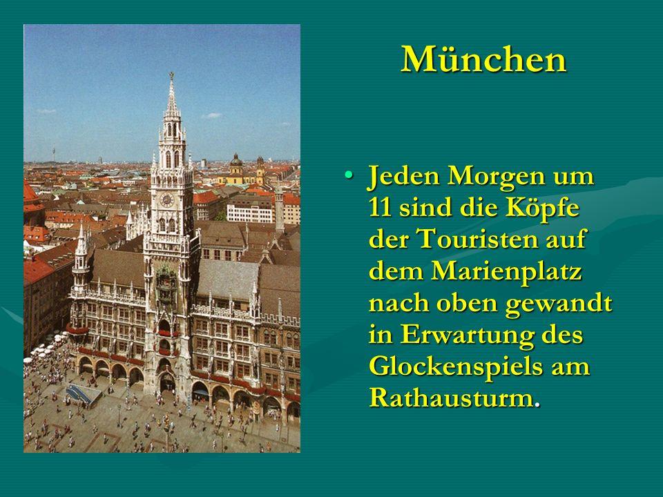 München Jeden Morgen um 11 sind die Köpfe der Touristen auf dem Marienplatz nach oben gewandt in Erwartung des Glockenspiels am Rathausturm.