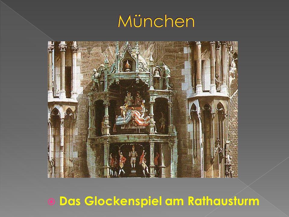 München Das Glockenspiel am Rathausturm