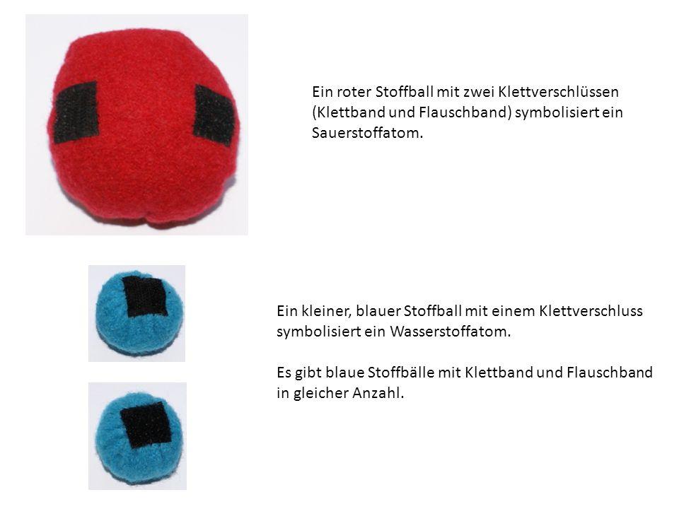Ein roter Stoffball mit zwei Klettverschlüssen
