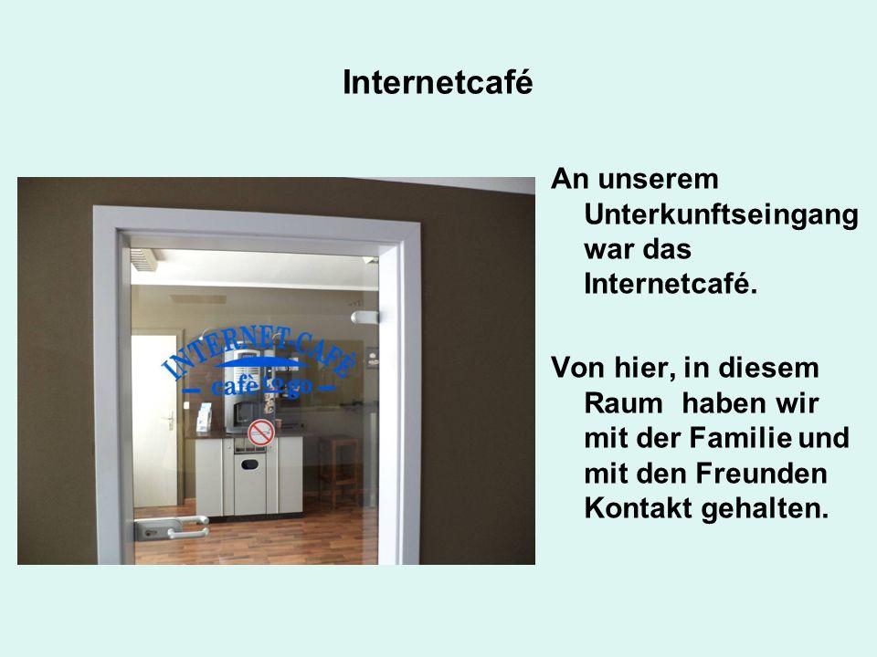Internetcafé An unserem Unterkunftseingang war das Internetcafé.