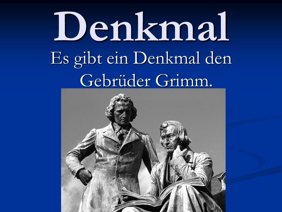 Es gibt ein Denkmal den Gebrüder Grimm.